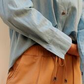 >>> Zoom In – detalles ✨  >Pantalón sastrero ancho con elástico en cintura. Del talle 3 al 6 y disponible en gris, negro, camel y verde.   > Camisa denim manga larga oversize con bolsillo - del talle 3 al 6 disponible en celeste y azul.  Podes conseguirlos en nuestra página, www.coleccionabril.com.ar  Les recordamos que nuestro mínimo de compra es de $3.000.- y hacemos envíos a todo el país! 🚚  #bycoleccionabril   #fw21 #mayoristasargentina #indumentariafemenina #ropamujerpormayor #ropamujer #mayoristasavellaneda #mayoristaflores #indumentaria #aw21