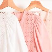 Zoom a los detalles 💥  >Blusa de voile con recorte en broderie<  www.coleccionabril.com.ar  #SS22 #verano22 #enviosatodoelpais #mayorista #mayoristaflores  #shoponline #avellanedaflores #avellanedaropa #ropamujer #nuevatemporada #mayoristasavellaneda #indumentariafemenina #mayoristasargentina #ropapormayor #ropamujer
